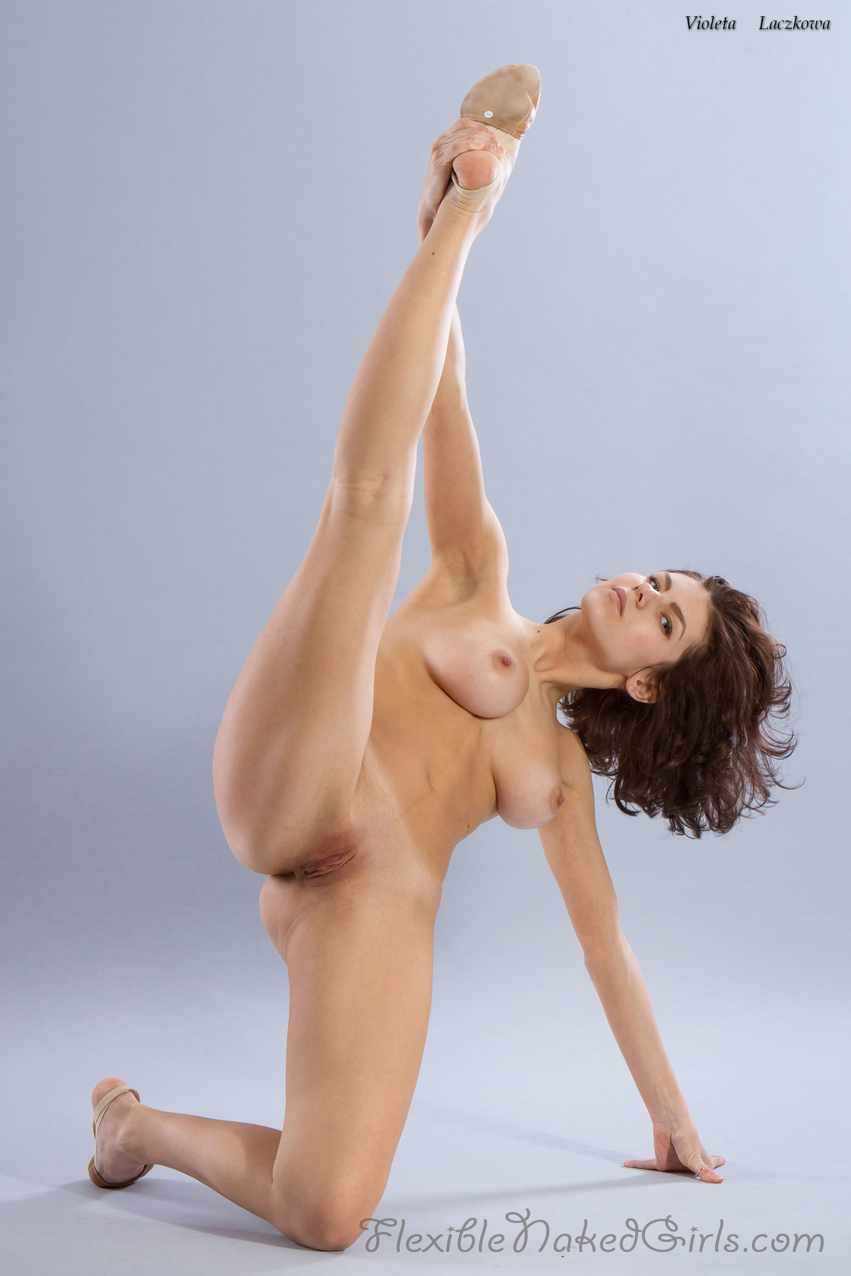 extremely flexible nude girl